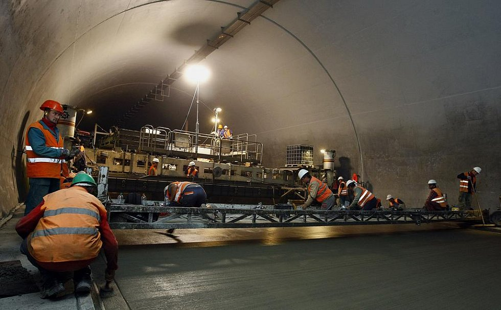 Na snímku cementový finišer při pokládce cementobetonového povrchu o tloušťce 27 centimetrů rychlostí 360 metrů za 12 hodin.