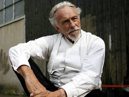 DON QUIJOTE. Pierre Richard v Praze minulý čtvrtek oslavil třiasedmdesáté narozeniny, ale na herecký důchod nepomýšlí. Zatímco v Praze dotáčí snímek Faubourg 36, sní o Donu Quijotovi.