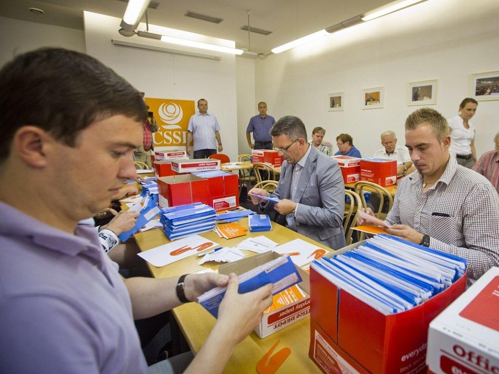 Sociální demokraté sčítali 6. srpna v Praze hlasy vnitrostranického referenda, které může výrazně ovlivnit budoucnost strany. Hlasování rozhodne například o způsobu výběru kandidátů do voleb, zastoupení žen na kandidátkách nebo kumulaci funkcí.