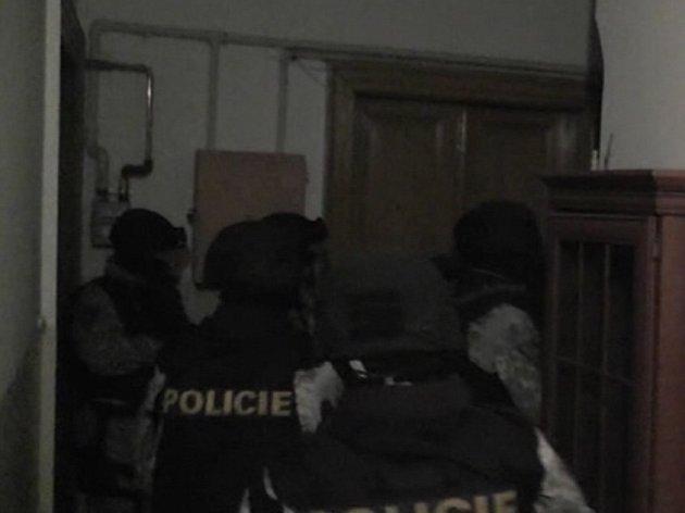 Více než tisíc kradených věcí velmi rozmanitých druhů nalezli kriminalisté II. obvodu pražské policie při domovních prohlídkách v pěti objektech využívaných mužem, kterého označují jako drogového dealera.