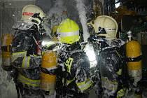 Výbuch a následný požár v průmyslovém areálu v Komořanské ulici v pražských Modřanech.
