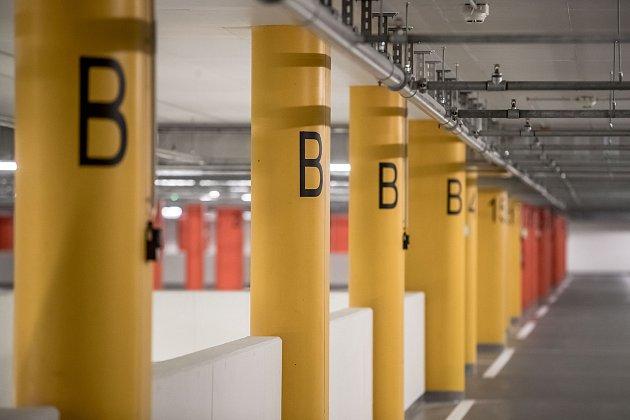 Řidiči mohou od soboty 16. září zaparkovat v nových podzemních garážích na pražské Letné. K dispozici je více než 800 míst, zhruba třetina z nich bude přednostně vyhrazena obyvatelům Prahy 7.