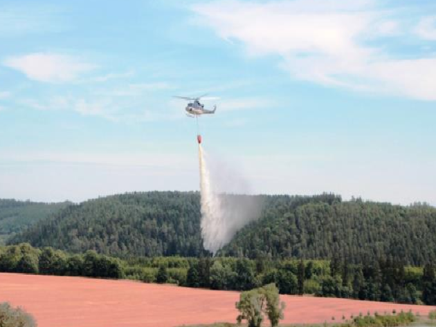 Sobotní požár obilí na nepokoseném poli u Černých Voděrad na Praze-východ.