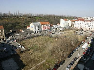 PROLUKA. Plocha mezi ulicemi Koněvova a Roháčova stále čeká na své využití