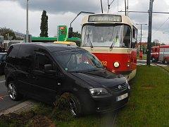 Nehoda automobilu a tramvaje.