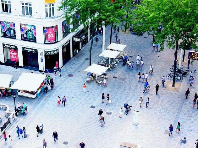 ROVINA. Architekti zarovnali ulici do jedné roviny a doplnili třídu místy ksezení a pódiem. Ačkoli lidé proti proměně vzačátcích protestovali, dnes jsou za změnu rádi.