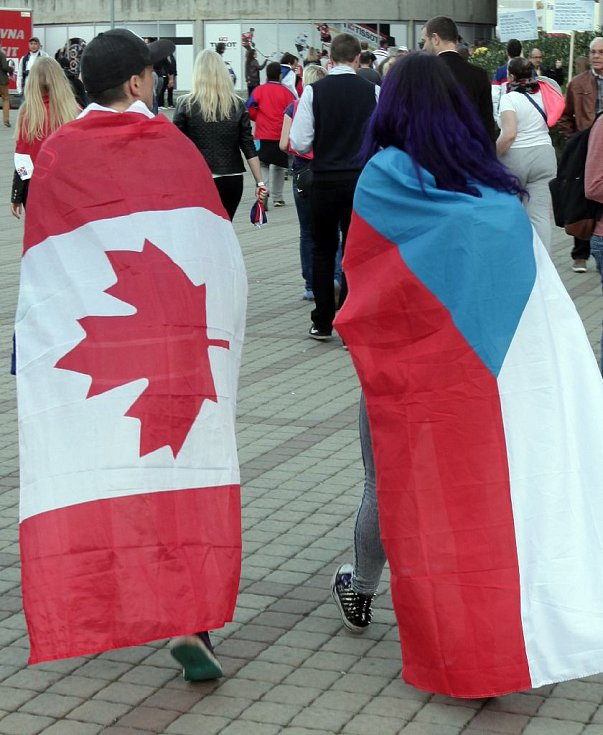 Fanoušci u O2 Arény při zápase MS v hokeji mezi Kanadou a Českem.
