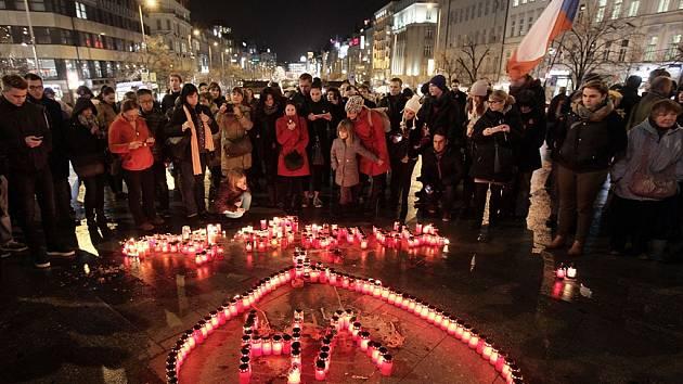 Na pražském Václavském náměstí se v pátek v podvečer sešlo podle odhadu policie kolem 300 lidí ke vzpomínkovému pochodu k čtvrtému výročí úmrtí Václava Havla.