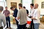 Žižkovští zastupitelé na budovu radnice vyvěsili historickou vlajku Běloruska.