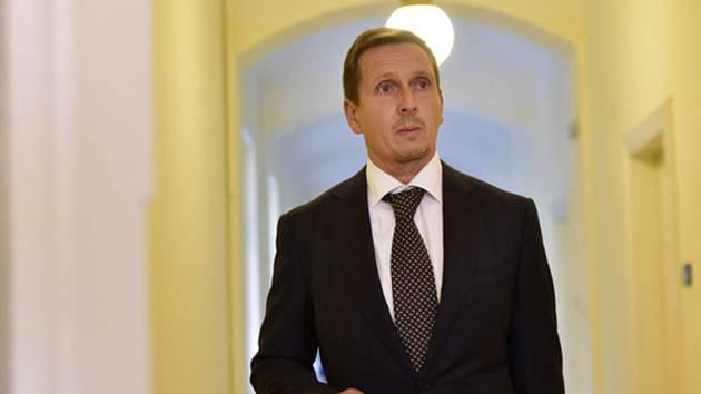 Bývalý generální ředitel pražského dopravního podniku Martin Dvořák na chodbě Městského soudu v Praze, který začal 16. října 2018 projednávat kauzu jízdenek pro pražský dopravní podnik.