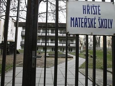 Zavřená mateřská škola v Průhonu. Zda bude příští rok opět v provozu, řeší v současné době magistrát.