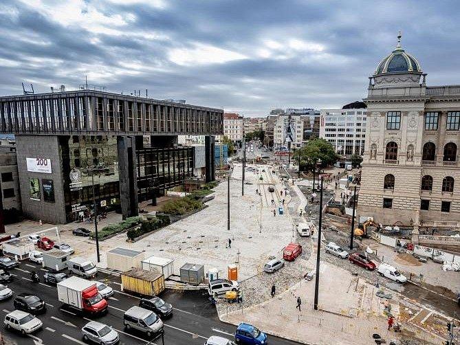 Muzejní oáza je součástí revitalizace horní části pražského Václavského náměstí. Její součástí jsou i položené koleje pro tramvaje.