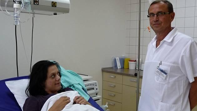 NASTÁVAJÍCÍ MAMINKA (na snímku v novém porodním boxu) už za několik hodin bude mít dvojčata. Primář gynekologického oddělení Petr Ullrych bude v kladenské porodnici u toho.