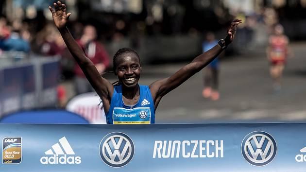 Pražský maraton se uskutečnil 7. května v Praze. Na snímku první žena Valary Aiyabei.
