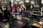 Předvánoční koncerty v metru. Nalaďte se v metru také o Vánocích. Na snímku Brigita Cmuntová a Štěpán Klouček na Florenci.