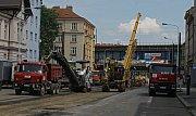 Současná Palmovka - špína, nepořádek, rozkopané ulice při rekonstrukci kolejí.