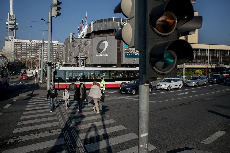 Lidé přecházejí silnici na Olšanském náměstí v Praze, kde několikátý den nefungují semafory. U přechodu nejblíže škole asistoval dopravní policista.