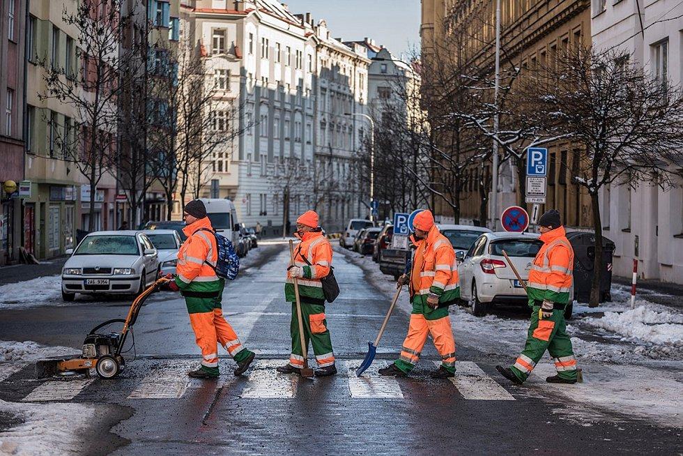 Pražské služby baví internet napodobováním slavných fotografií.