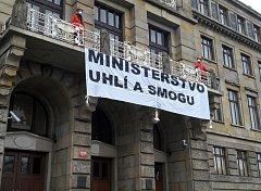 Aktivisté vyvěsili transparent na ministerstvo průmyslu a obchodu