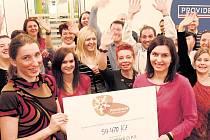 Zaměstnanci Providentu předali v Domě tří přání v Praze 6 vybranou, zdvojnásobenou a grantem doplněnou částku.