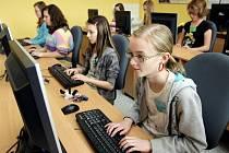 IT obory už nejsou jen mužskou záležitostí, do tajů jedniček a nul začínají čím dál více pronikat i dívky.