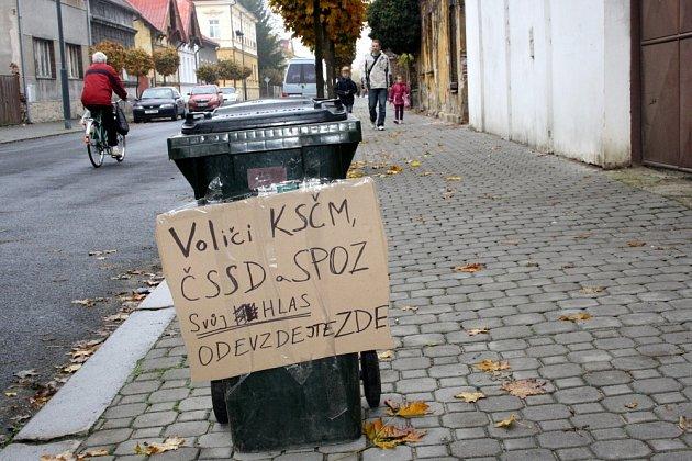 Recesisté vNymburce polepili popelnici vKomenského ulici před Janovou dílnou. Nápis vyzývá především levicové voliče, aby svůj hlas odevzdali do této nádoby. Jaká je však volební účast na tomto místě, se nám nepodařilo zjistit…