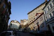 Měšťanské domy v ulici jsou většinou středověké, prošly renesanční přestavbou po požáru roku 1541 a mají pozdně barokní nebo klasicistní fasády. Domovní znamení najdeme na sedmnácti z nich a často vyjadřovala postavení, zaměstnání nebo jméno majitele.