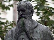 Socha architekta a mecenáše Josefa Hlávky.