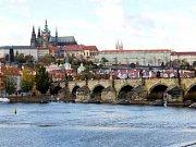 PRAHA JAK JI ZNÁ CELÝ SVĚT. Karlův most s Hradčany v pozadí je vděčným objektem pro všechny fotografy a malíře.