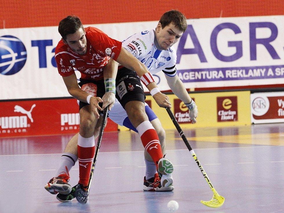 HRDINOU druhého utkání play-off se stal Tom Ondrušek ze Střešovic (v červeném).