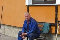 Od nuly musel před deseti lety začínat tehdy 53letý Pavel Choc z Kozárovic. Voda mu tehdy vzala úplně všechno: dům, hospodářství i vzpomínky.