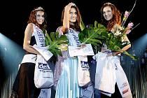 Loňské vítězky. Zleva 1. vicemiss Aneta Grabcová, miss Barbora Hamplová a 2. vicemiss Lucie Klukavá.