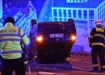 Hrůzná nehoda na Letné: Žena převrátila auto na střechu