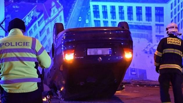 Ve Veletržní ulici převrátila řidička auto na střechu.