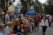 Setkání generací na Žofíně. Kromě piva a klobás tam byla i vcelku dobrá atmosféra.