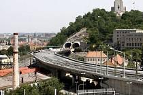 Další pražský tunel v  provozu. Snímek z dokončovacích prací a pokládky kolejí.