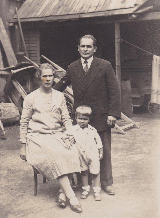 Vladimír Bohata s rodiči před kolářstvím v Libni.