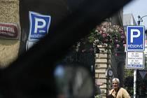 ZAPARKUJE. Řidiči, kteří se starají o staré či nemocné, budou moci využívat rezidentní stání. Teď ještě zajistit, aby toho nikdo nezneužíval./Ilustrační foto