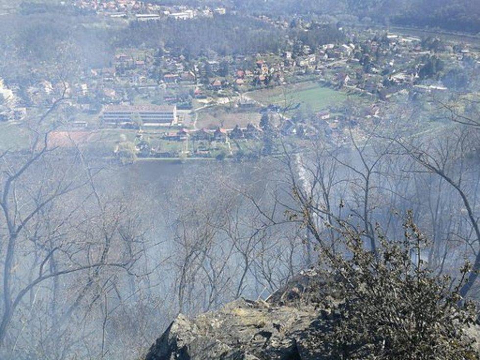 Požár lesa u Libčic nad Vltavou