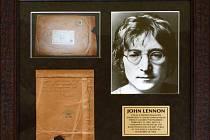 """Obálka galerie Indica z roku 1967 adresovaná Lennonovi s jeho ručně psanými poznámkami a autentizovaná slavná fotografie Johna Lennona s brýlemi """"lennonkami"""""""