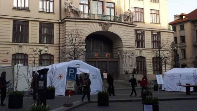 Krizový štáb hlavního města Prahy žádá ministerstvo zdravotnictví, aby navýšilo počet laboratoří na testování koronaviru.