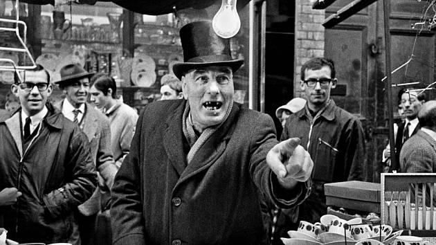 Legendární snímky Miloně Novotného z Londýna 60. let vystavuje Leica Gallery v Praze.