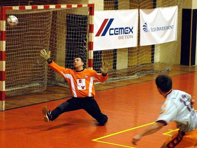 Je to tam! Zdeněk Sláma (vlevo) vstřelil v Hodoníně vedoucí gól Eco-investmentu Praha, jeho spoluhráči pak přidali ještě dalších pět.