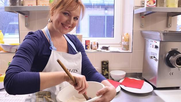 Patronkou Domova svaté rodiny na Petřinách je herečka a dabérka Kamila Špráchalová, která je známá kladným vztahem k bio stylu a zdravé životosprávě. Kavárnu proto podporuje tím, že peče zdravé pochoutky jako například čokoládové muffiny z bio produktů.