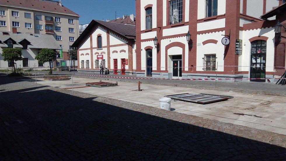 V průběhu června 2019 docházelo k postupnému odstraňování stánků v areálu Pražské tržnice.