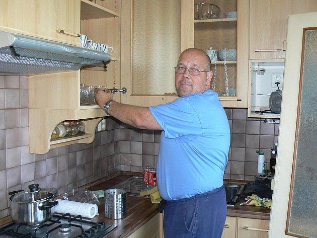 Truhlář Oldřich Střížka z Jarova v akci - tentokrát při montáži kuchyně.