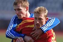 PLATNÁ POSILA. Toho času útočník Dukly Tomáš Kulvajt (vpravo) v souboji s Robinem Dejmkem ze Sparty Krč.