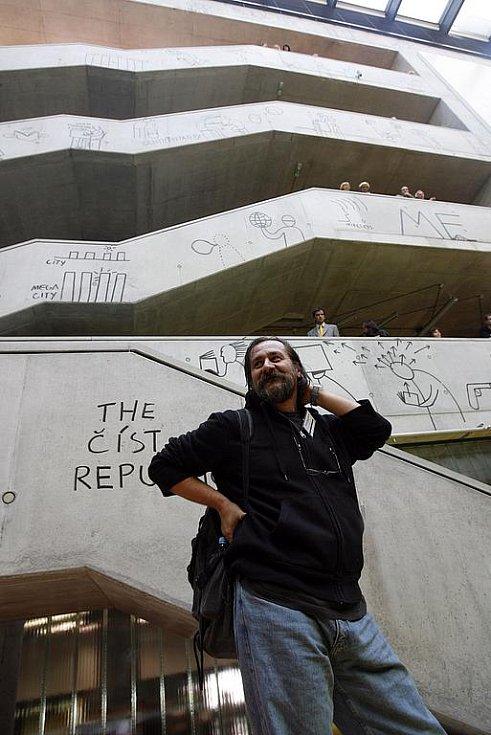 Na snímku je Dan Perjovschi, který interier knihovny vymaloval více než 200 kresbami provedených alla proma černou barvou na betonu.