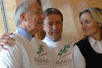 NEVADÍ, za čtyři roky budeme připravenější. (Pražský primátor Pavel Bém s předsedou českého olympijského výboru Milanem Jiráskem.)
