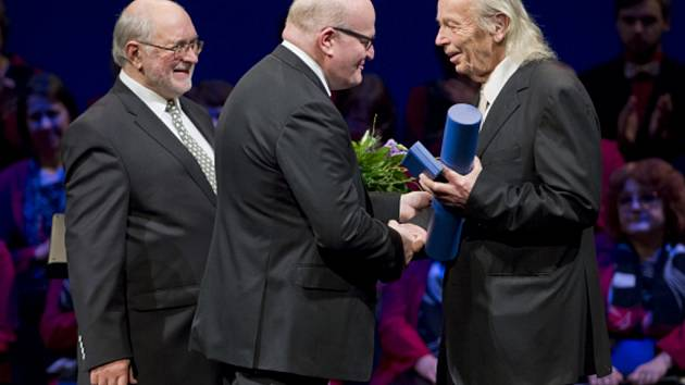 Rytířem české kultury se stal 26. února v pražském Divadle na Vinohradech evangelický duchovní a politický vězeň komunistického režimu Svatopluk Karásek (vpravo).